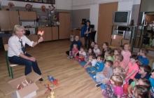 wizyta w bibliotece- prezentacja zabawek i akcesorii regionalnych